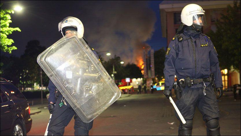 SAMMENSTØT: Politi og demonstranter har den siste uken flere ganger støtt sammen i Rinkeby utenfor Stockholm. Foto: Scanpix