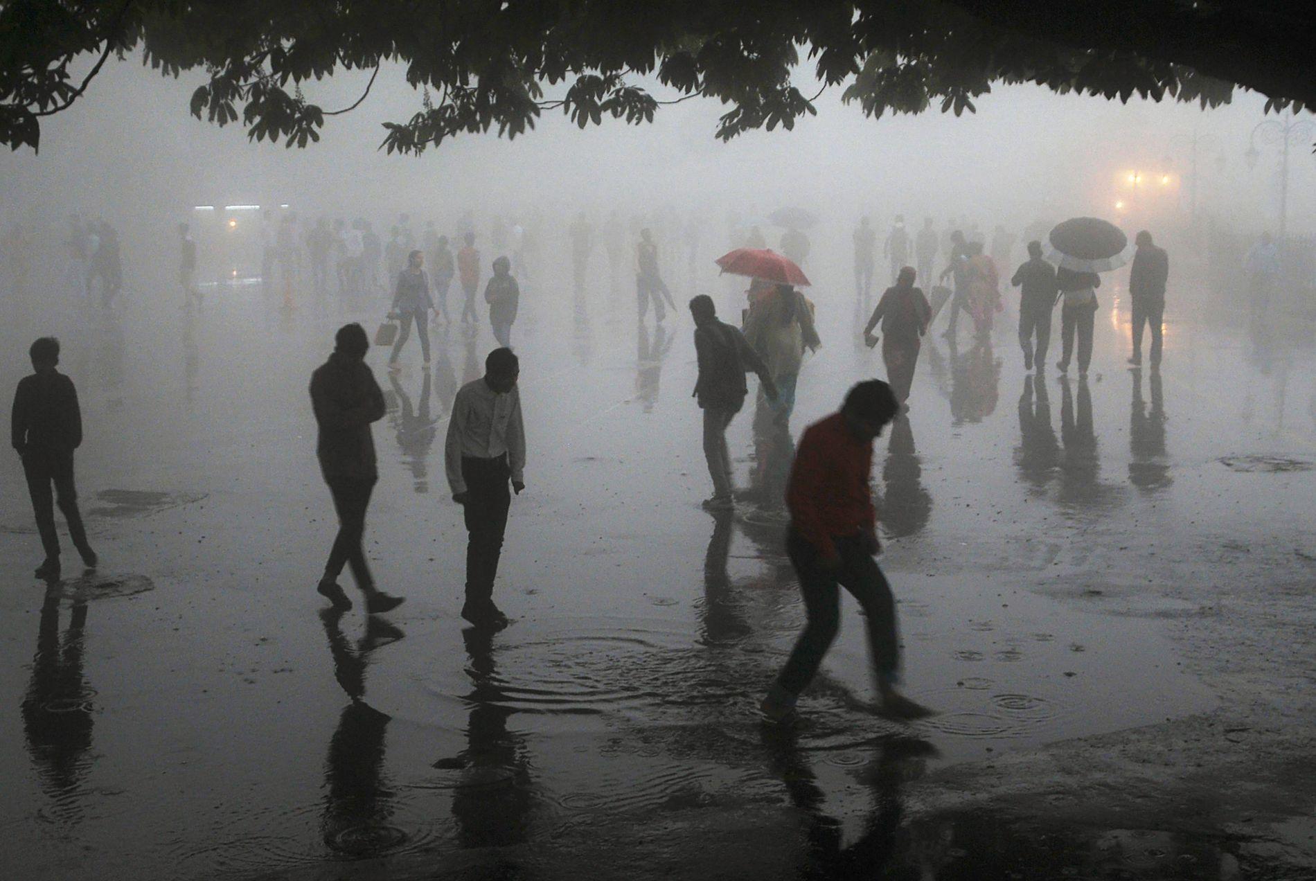 UVÆR: Det regnet i fryktelige mengder i India 2.mai. Her fra Himachal Pradesh, hvor folk beveger seg i områder med mye regn og vann.