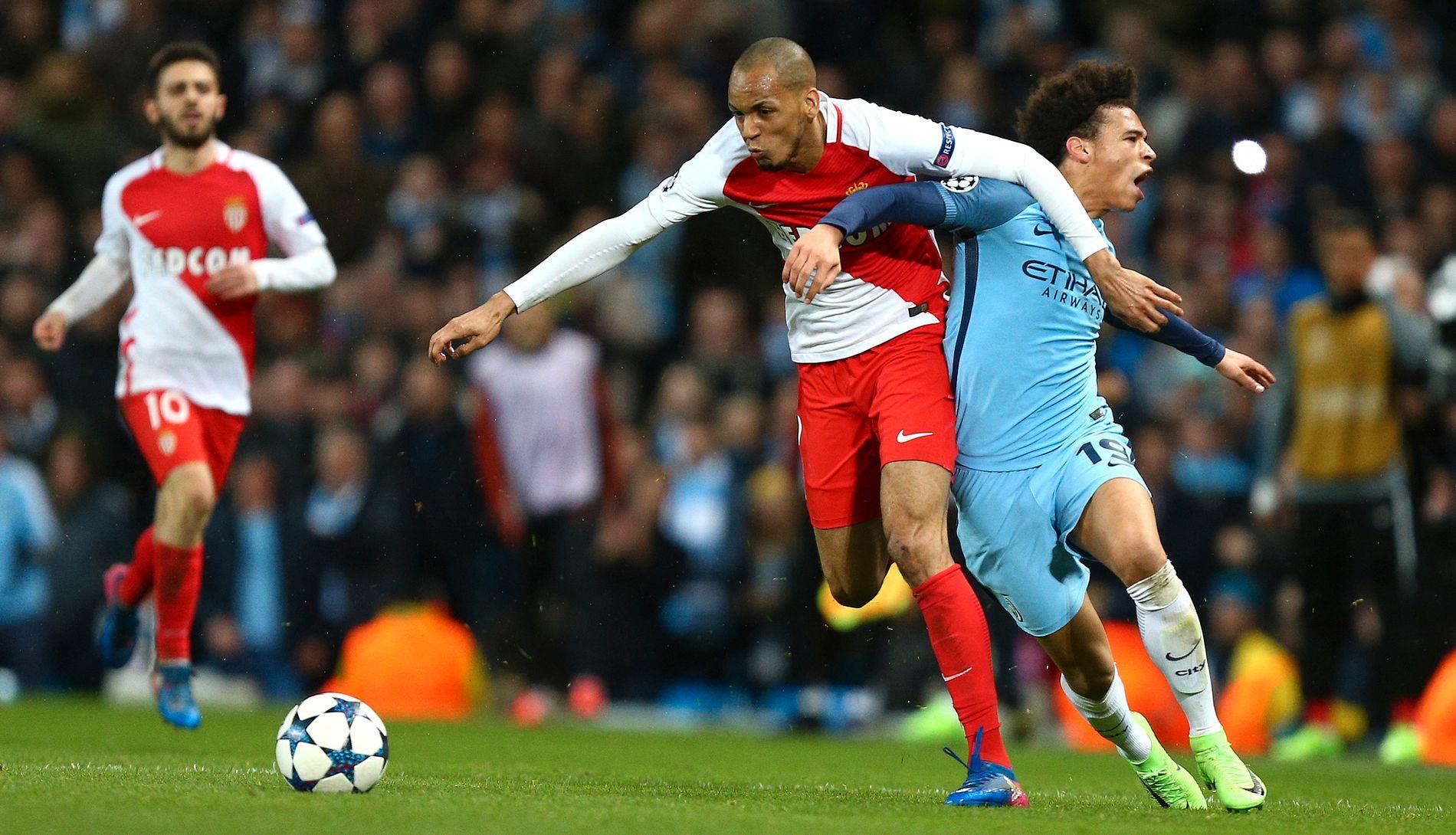 DOMINERENDE: Fabinho er vond å møte på Monaco-midtbanen. Det får Leroy Sané (t.v.) erfare her.