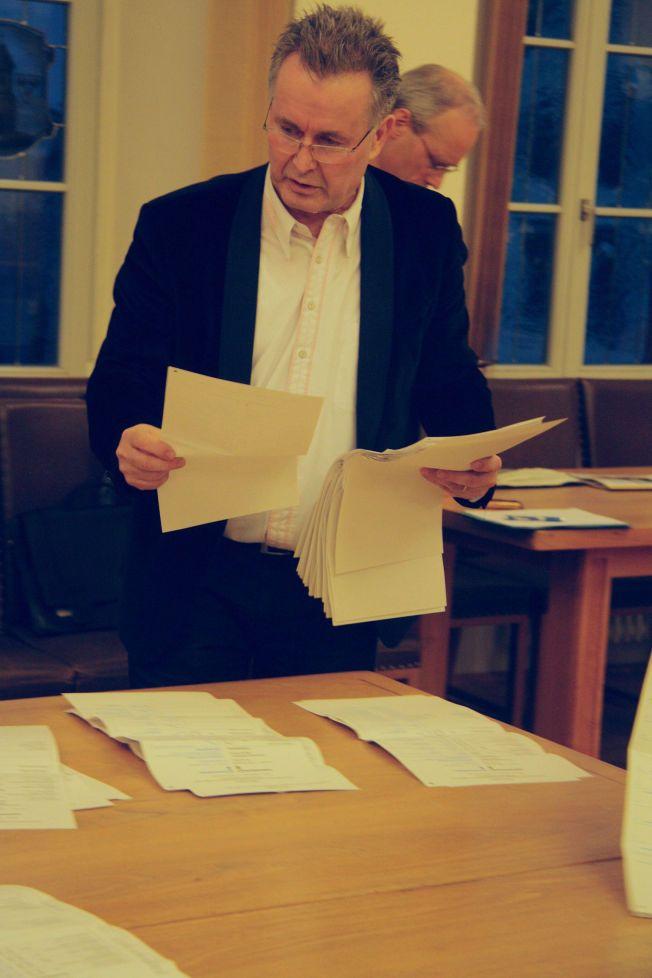 SANNHETENS ØYEBLIKK: VG var til stede da stemmene ble telt opp i Bitterfeld av blant annet Rolf Hülsser. Bunken til høyrepopulistene i AfD ble etter hvert stor.