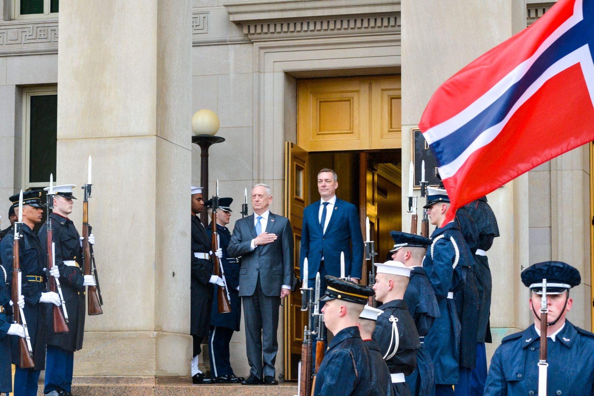 SNAKKER SAMMEN OM STYRKER: Frank Bakke-Jensen møtte sin amerikanske kollega James Mattis i Washington i mars.