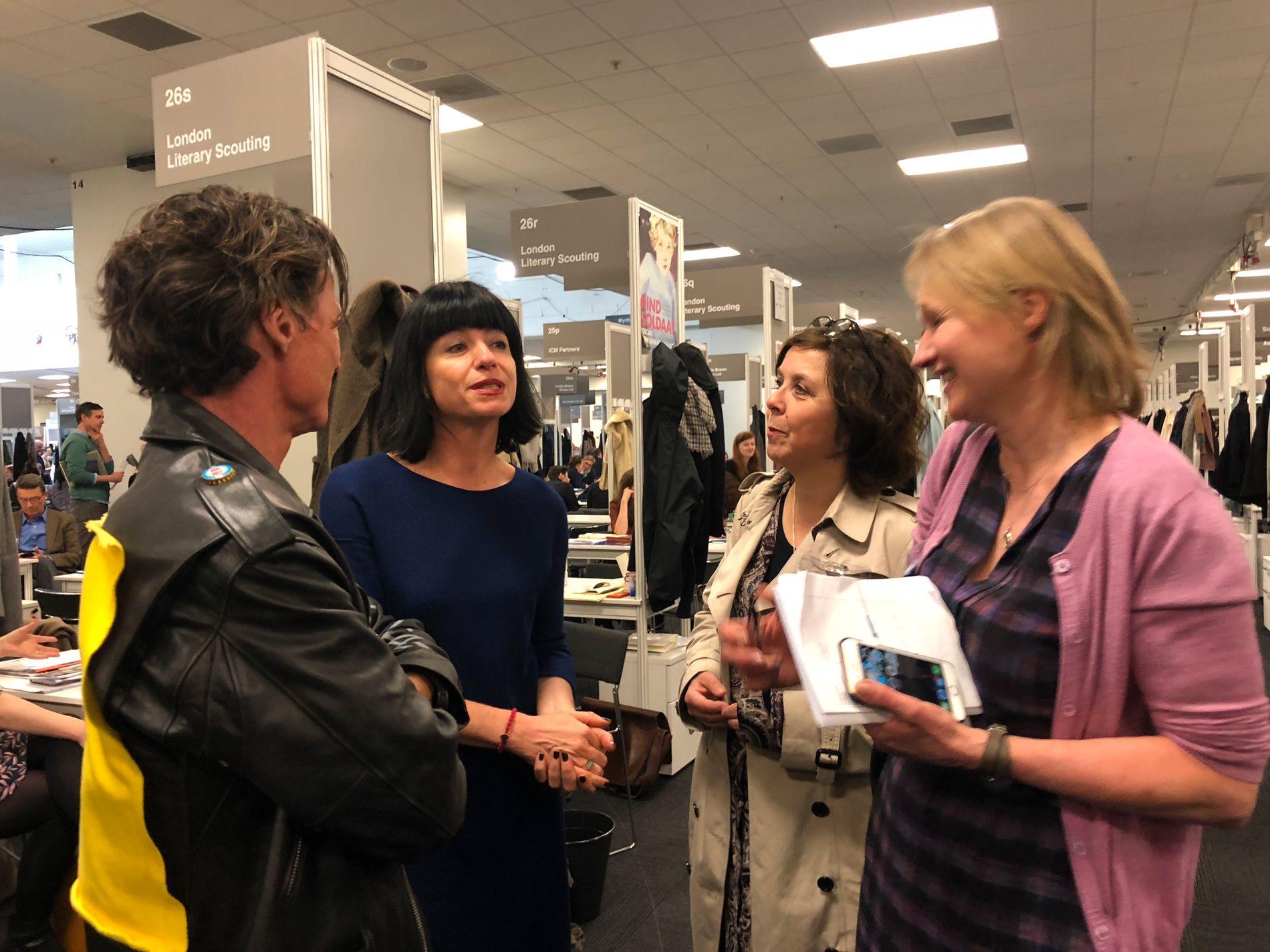 STORFISK: Rebecca Servadio (andre fra venstre) regnes som en av verdens beste litterære scouter - og gikk nå fra å jobbe for Cappelen Damm til Stordalen-forlagene. Her med Petter Stordalen, Anne Gaathaug, forlagssjef i Gloria, og sjefsredaktør i Capitana, Anne Fløtaker.