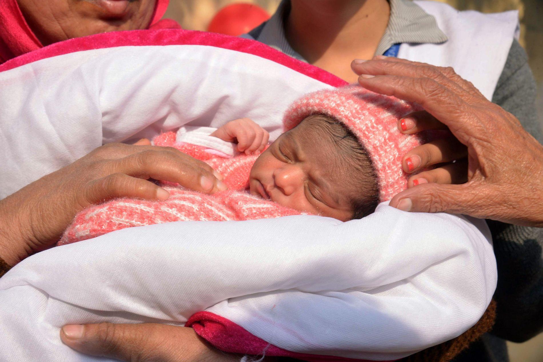 FUNNET I EN BOKS: Denne lille jenta ble etterlatt av foreldrene i en boks hos indiske Røde Kors i Amritsar i 2016.
