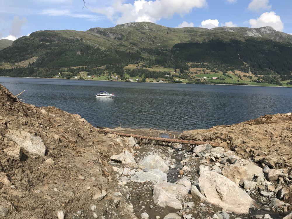 SØK I VANN: Båten ute på vannet opererer med en miniubåt utstyrt med sonar. Bildet er tatt tirsdag.