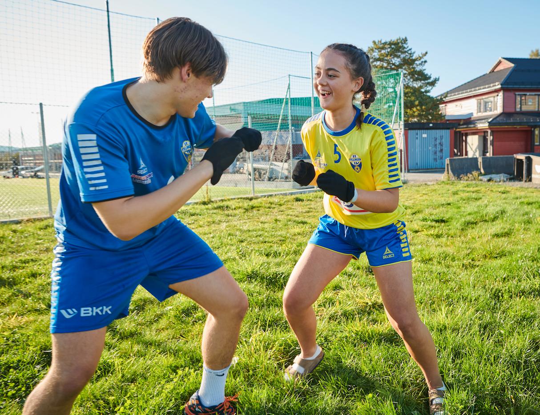 LETTJENTE PENGER: Kristian Skarveland Nystad (15) og Sofie Tennebekk Beyer (12) bidro med salg av sokker, som ga idrettslaget store inntekter i løpet av sommeren.
