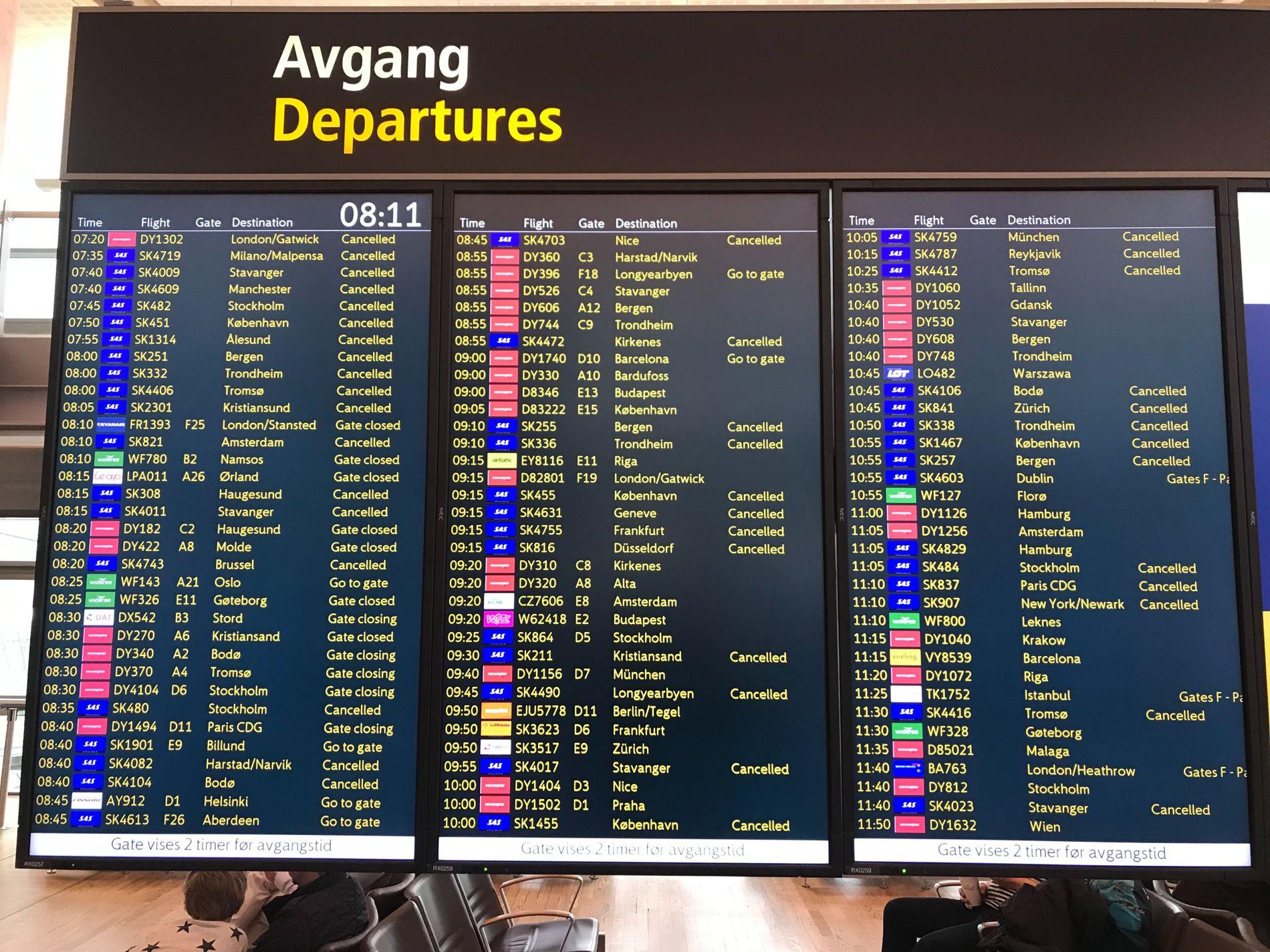 «CANCELLED»: Slik ser avgangstavlen på Oslo Lufthavn ut fredag morgen.
