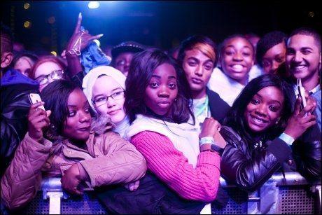 DET STØRSTE IDOLET: Britiske ungdommer venter på Rihanna. Foto: Amund Bakke Foss