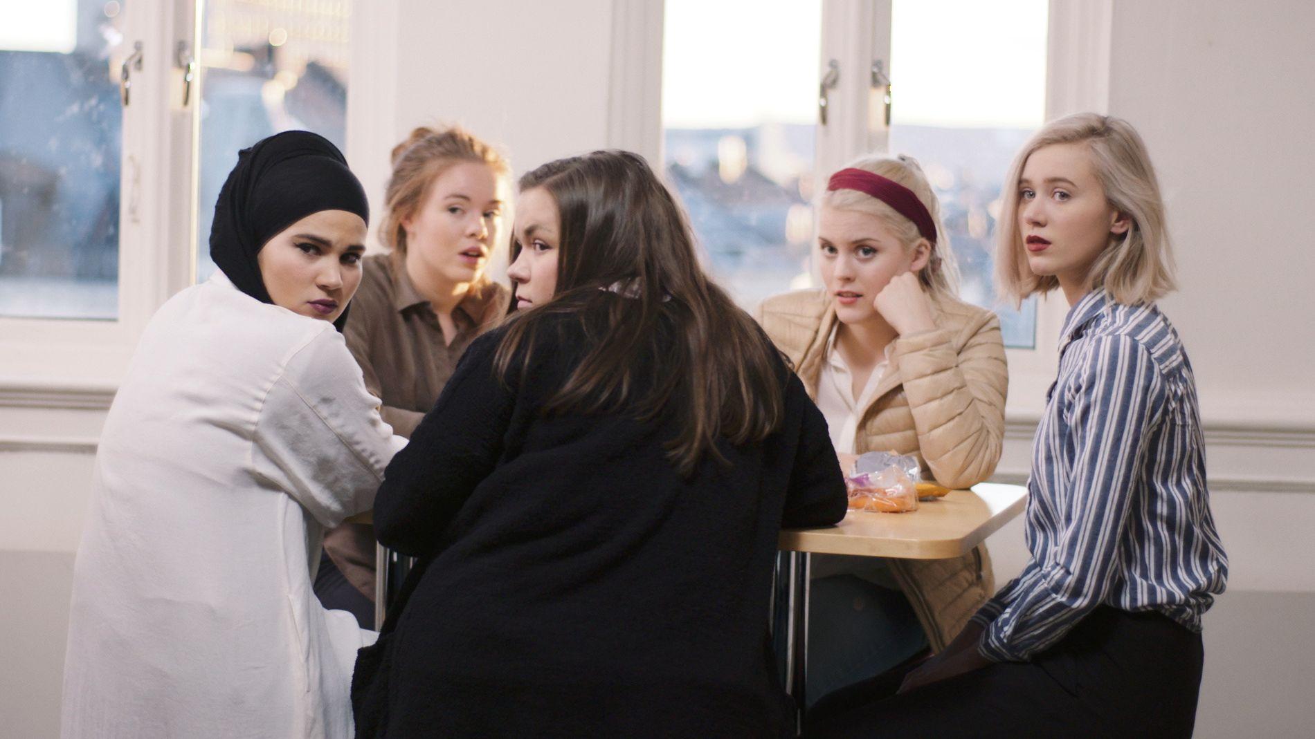 POPULÆRE:  Jentene fra «Skam» er på kort tid blitt utrolig populære i Sverige. Pettersen) rundt et bord på Hartvig Nissen vgs. Her er Sana (Iman Meskini), Eva (Lisa Teige), Chris (Ina Svenningdal), Vilde (Ulrikke Falch) og Noora (Josefine Frida Pettersen).