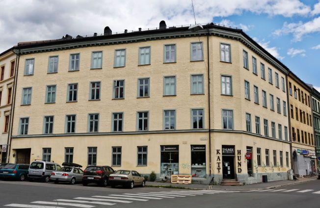 POPULÆRT STRØK: Eks-statsråd Trond Giske solgte i april en leilighet i denne bygården like ved Sofienbergparken til NRK-kjendis Haddy N'jie. Kjøpesummen var 5,1 millioner kroner.