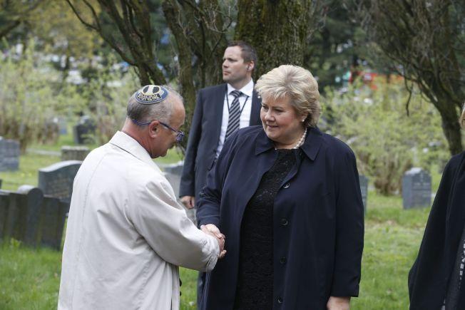 TOK FARVEL: Statsminister Erna Solberg (H) var blant dem som møtte opp i Steinmanns begravelse.