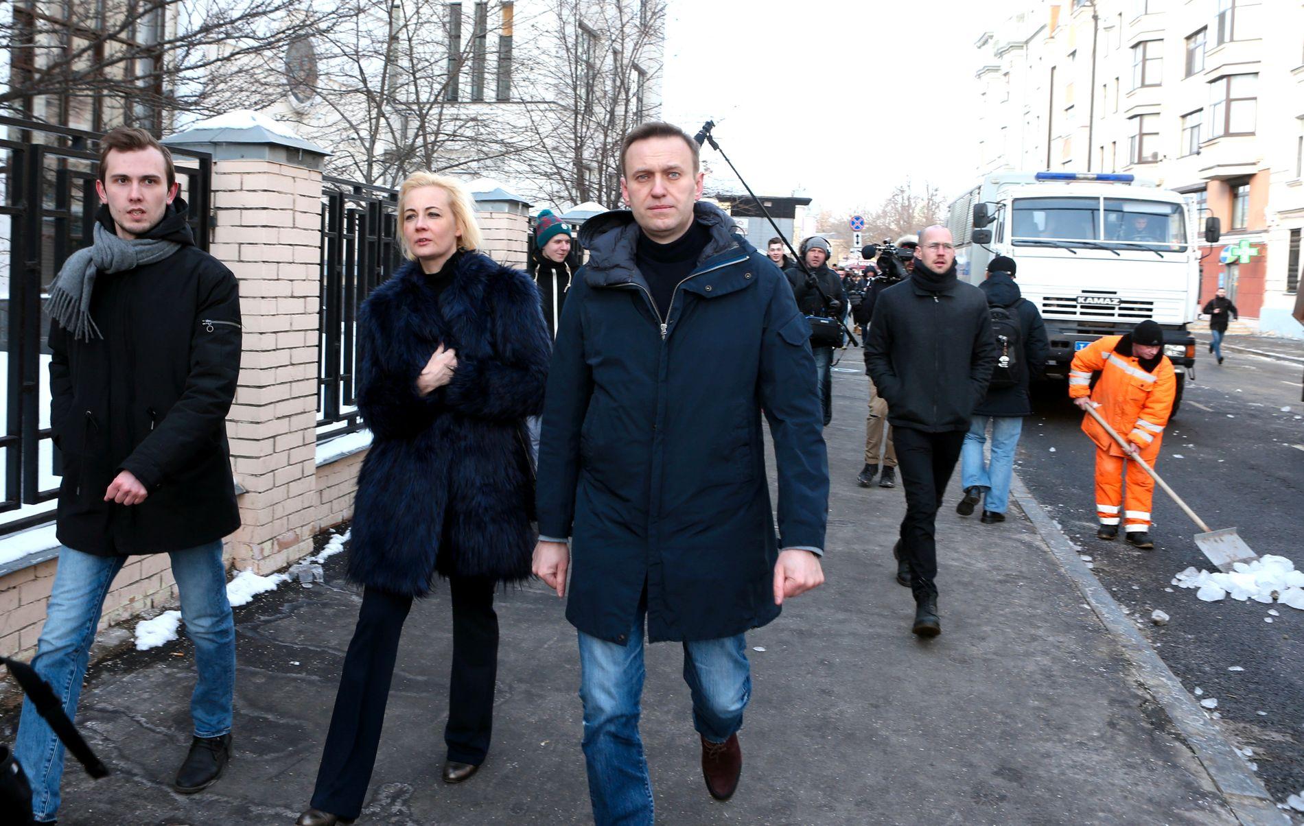 PUTIN-FIENDE: Opposisjonslederen Aleksej Navalnyj (t.h.) på gata i Moskva dagen før presidentvalget, sammen med kona Julia.