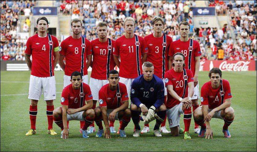 SATS PÅ DISSE: Stefan Strandberg mener det vil være smart å flytte opp flere av U21-spillerne til A-landslaget, ikke bare noen få. Her er Tor Ole Skulleruds førsteellever samlet før triumfkampen mot England tidligere i uken. Foto: NTB Scanpix