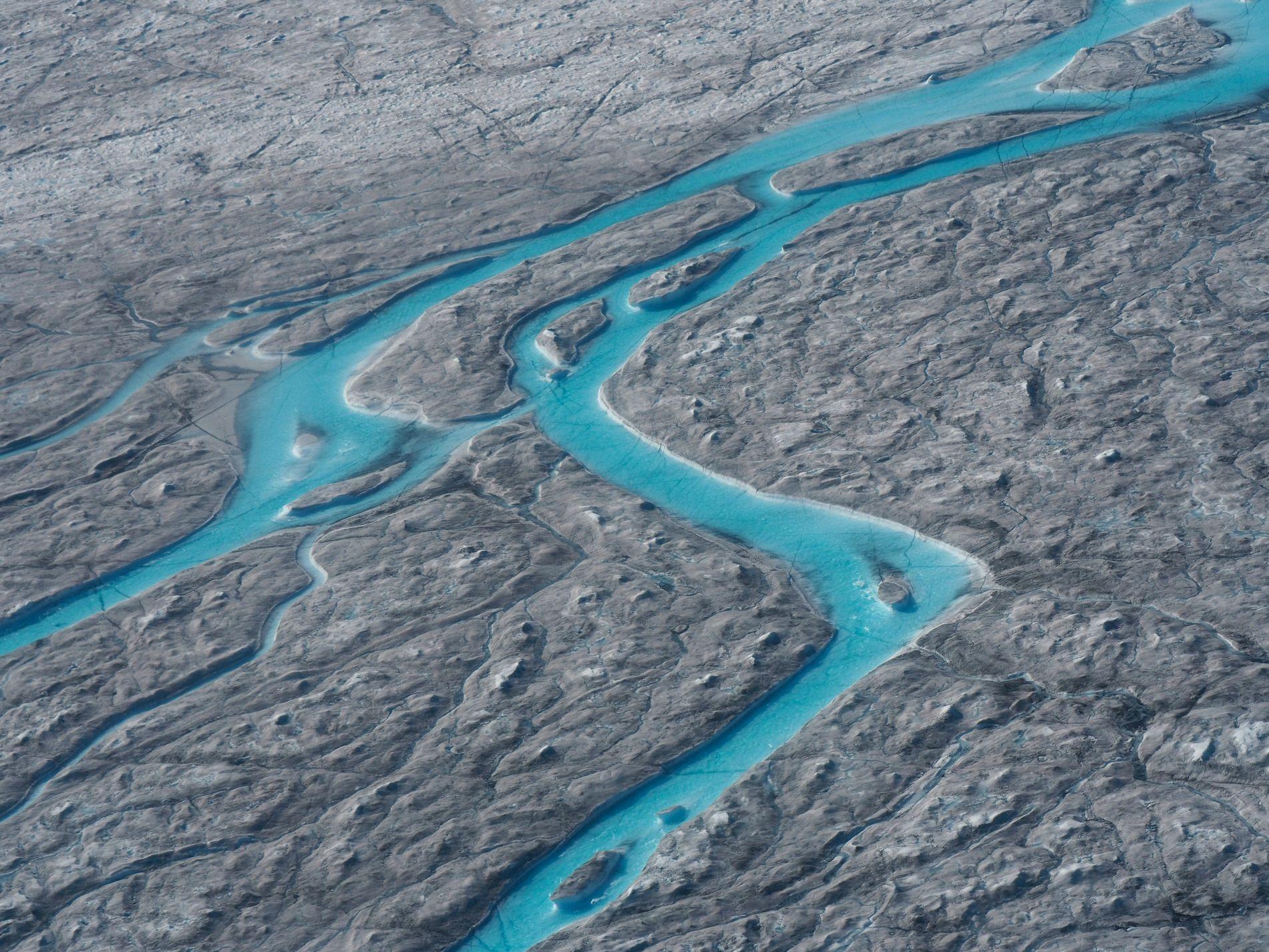 SMELTEVANN: Store elver med smeltevann fotografert vest på Grønland i august. Hetebølgen som først førte til varmerekorder i fem europeiske land, førte blant annet til at over 10 milliarder tonn is smeltet i løpet av én dag, ifølge Danmarks meteorologiske institutt.