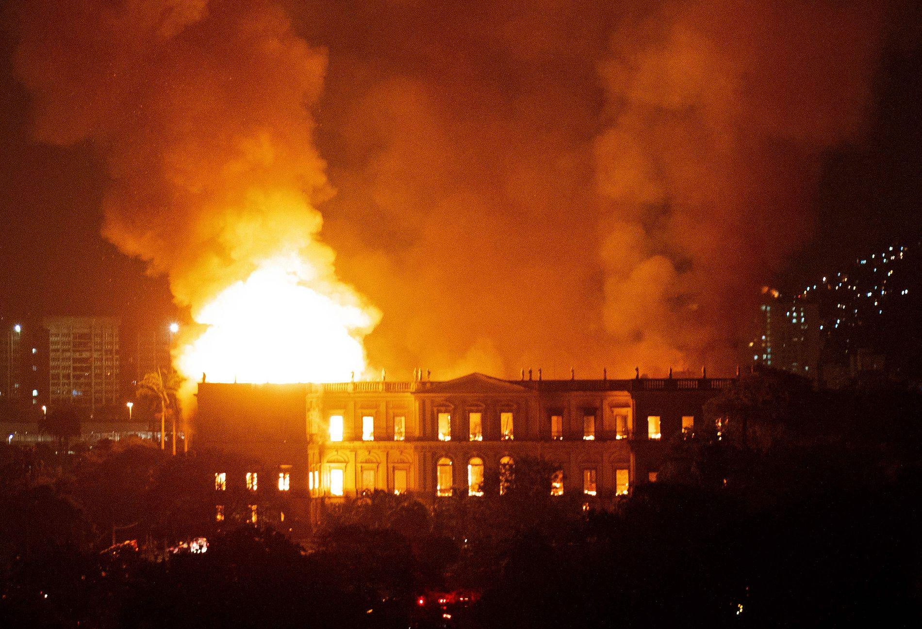 HISTORISK BYGNING: Et av Brasils mest historiske bygg, nasjonalmuseet i Rio de Janeiro, sto natt til mandag i full fyr. Verdier for mange millioner kroner fryktes tapt.