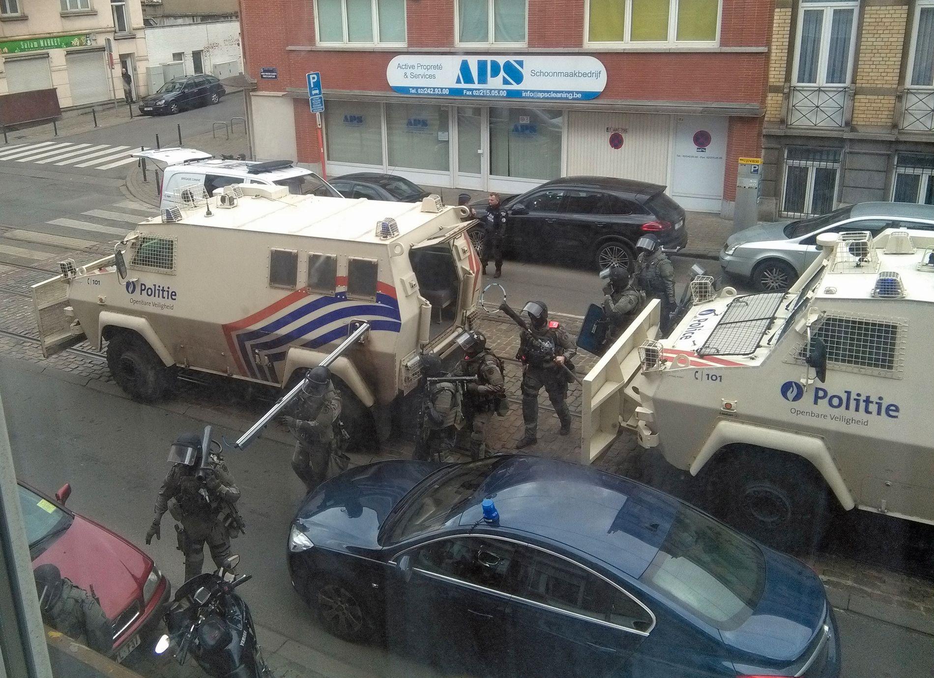 POLITIAKSJONEN: Her er tungt bevæpnet belgisk politi på vei inn i leiligheten hvor terroraksjonen ble forberedt.