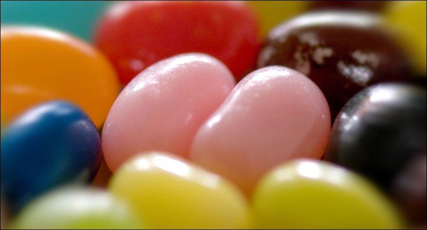I GODTERI: Vanlig sukker, som finnes i for eksempel godteri og brus, inneholder halvparten fruktose og halvparten glukose, som er druesukker. Foto: Wikimedia Commons
