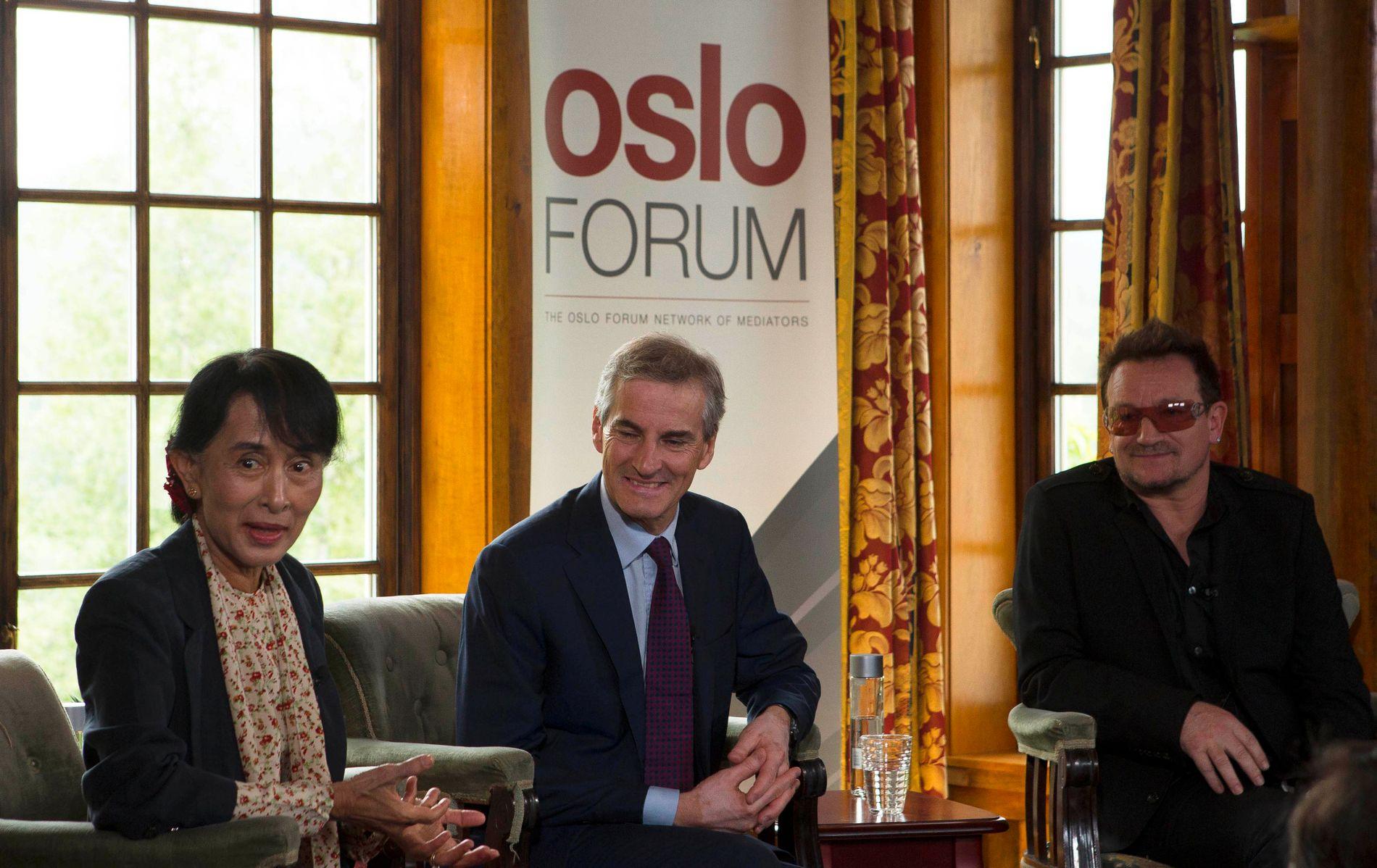 BEUNDRET: Aung San Suu Kyi, Jonas Gahr Støre og Bono tenkte høyt sammen på Losby Gods sommeren for fem år siden. Dialog, demokrati og gjensidig beundring var nøkkelbegrep i samtalen mellom de tre. Foto: AP