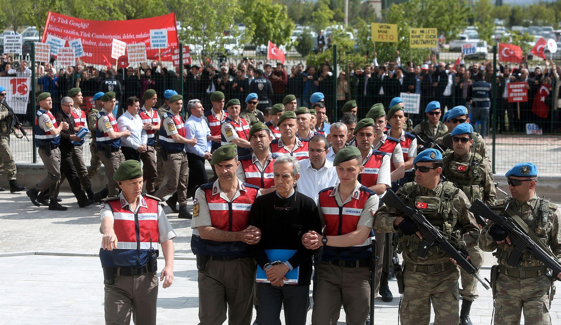 VIST FREM: Slik ble de tiltalte etter kuppforsøket i Tyrkia brakt til retten.
