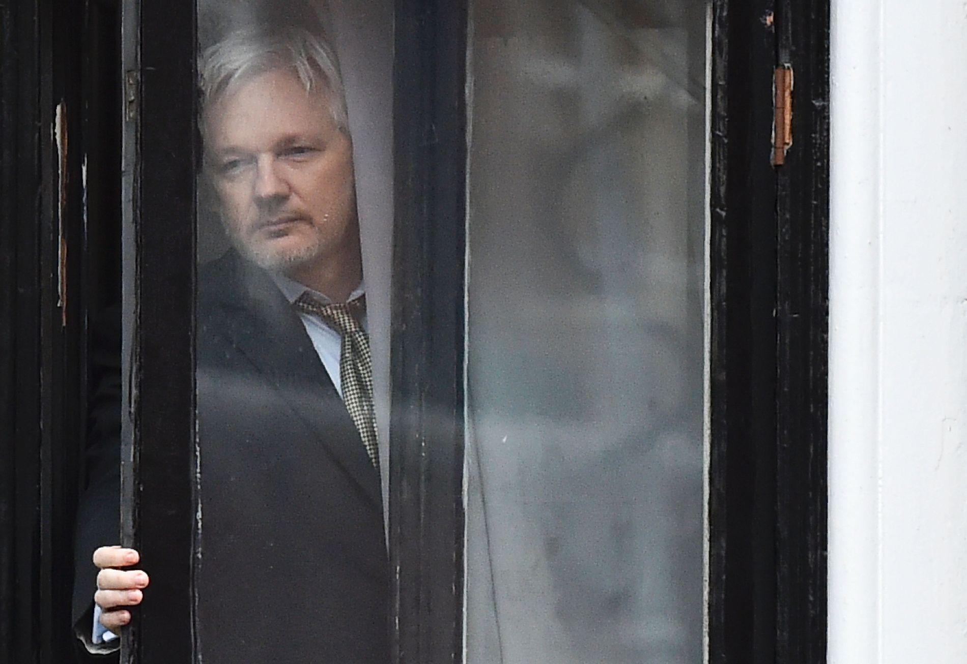 TILFLUKT: Julian Assange på vei ut på balkongen til Ecuadors ambassade i London i februar i 2016.