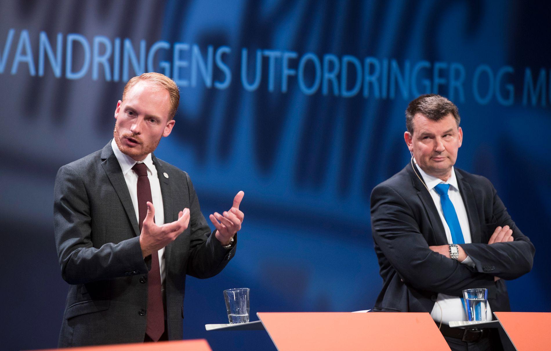 DEBATT: Aron Emilsson, til venstre, diskuterte migrasjon i Arendal med blant andre justisminister Tor Mikkel Wara (Frp).