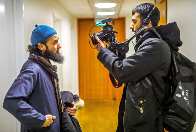 LAGER DOKUMENTARFILM: Her er regissør Khan Farooq i Oslo tingrett og filmer islamisten Ubaydullah Hussain som fulgte et fengslingsmøte mot Arfan Bhatti. – Et uvanlig tett kildeforhold, sa førstestasadvokat Jan Glent om de to i Høyesterett.