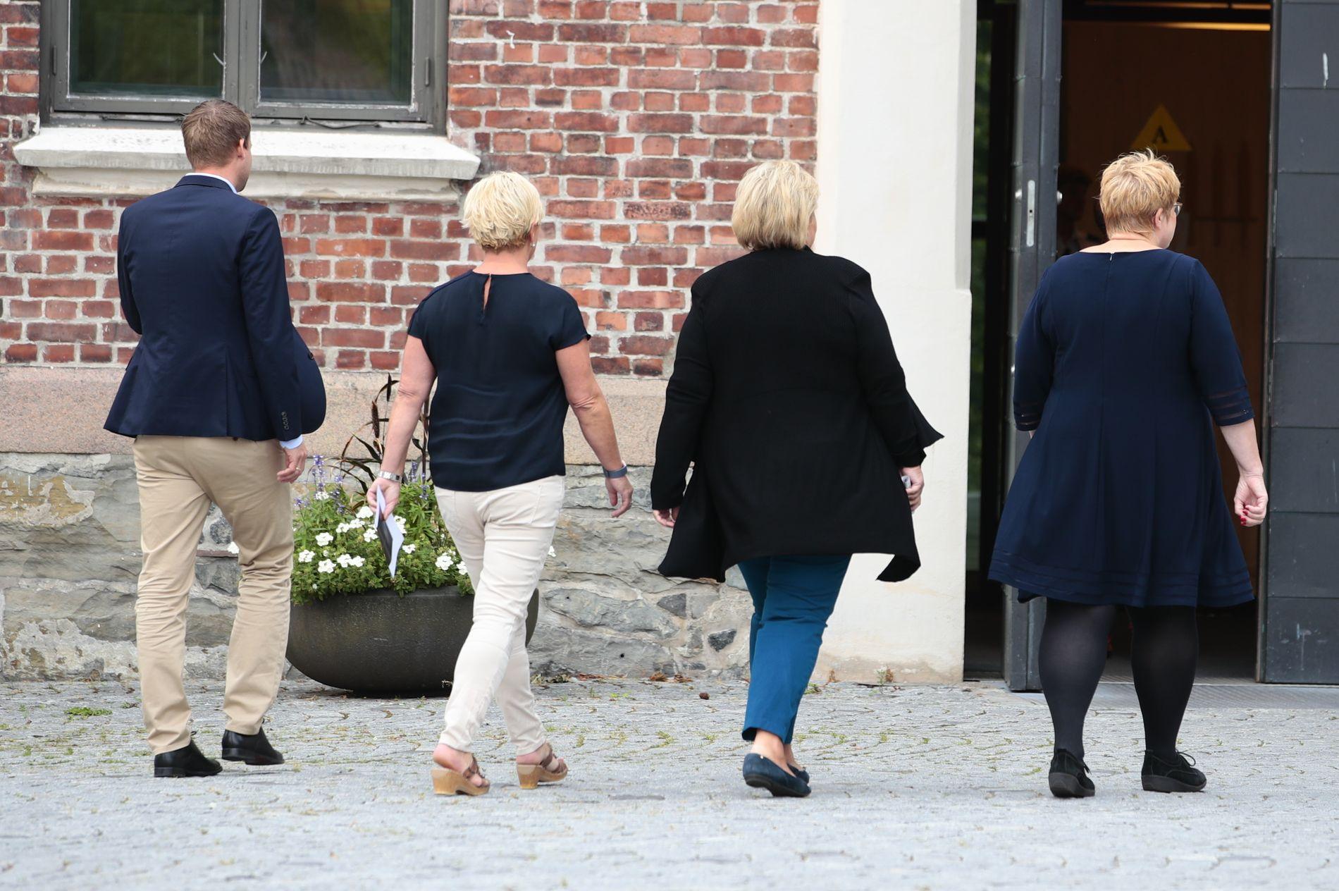 LAGER BUDSJETT: Regjeringens fire partiledere Kjell Ingolf Ropstad (KrF), Siv Jensen (Frp), Erna Solberg (H) og Trine Skei Grande (V) på vei inn til budsjettkonferanse onsdag morgen.