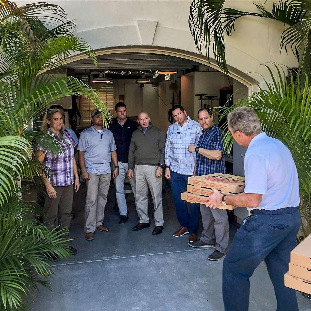 NÅ ER DET MAT: Eks-president George W. Bush sørget for at vaktene som skal passe på han, fikk servert pizza.