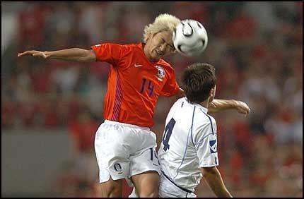 BANENS BESTE: Lee Eul-Young når høyest i duell med Bosnias Branimir Bajic. Foto: AFP