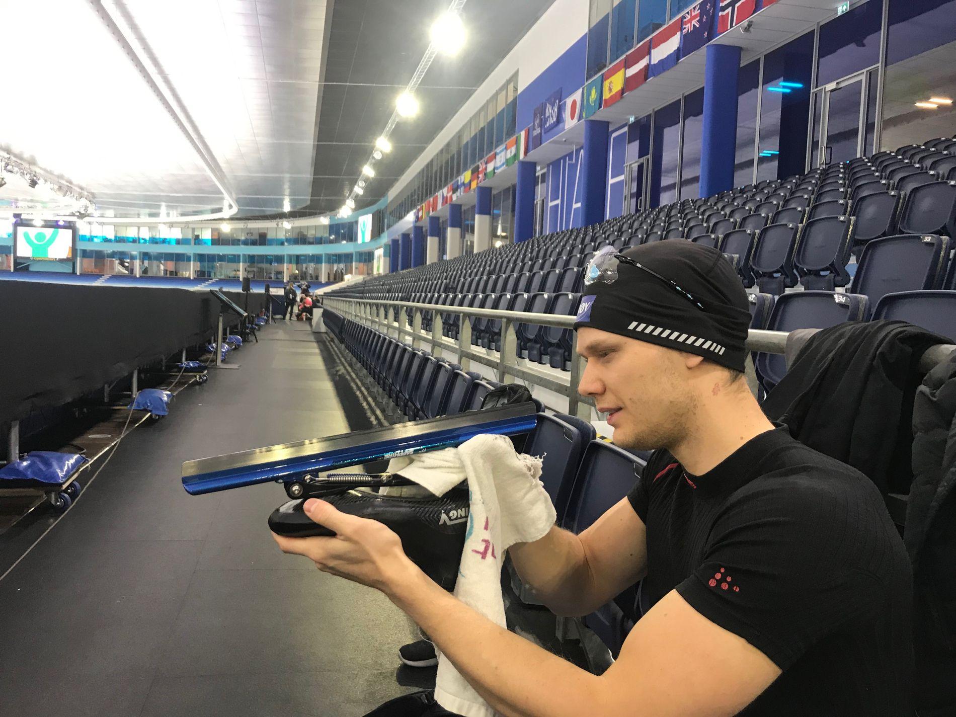 SISTE SJEKK: Håvard Lorentzen tar en siste sjekk av utstyret lørdag formiddag i Thialf i Heerenveen. Den første 500-meteren i sprint-VM starter klokken 15.40, med Norges regjerende verdensmester i 11. par.