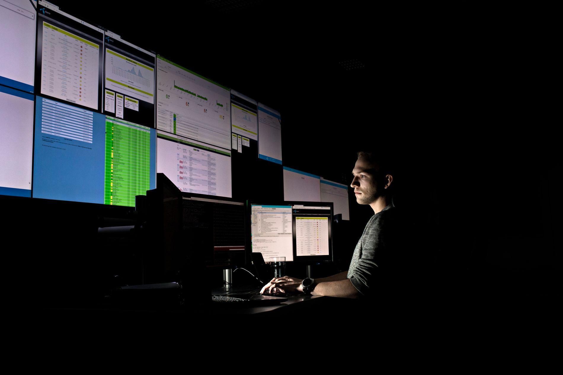 FØLGER MED: Telenors sikkerhetssenter i Arendal (TSOC) jobber døgnet rundt med å håndtere datasikkerhetstrusler. Nesten 80 prosent av all landets datatrafikk går gjennom Telenors nett.
