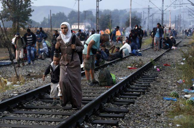 PÅ FLUKT: Syriske flyktninger nærmer seg grensen mellom Makedonia og Hellas.