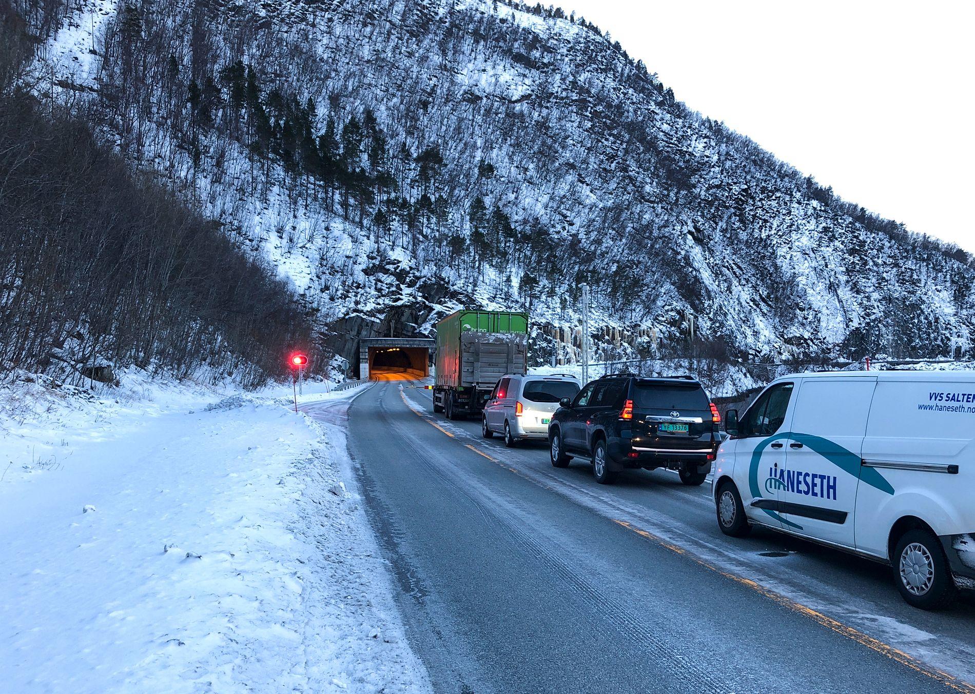 VAR STENGT:  Saksenviktunnelen på E6 i Saltdal i Nordland var stengt etter at to personer har mistet livet i en kollisjon mellom en personbil og en lastebil inne i tunnelen torsdag formiddag. Foto: Michael Jensen Olafsen/Avisa Nordland / NTB scanpix