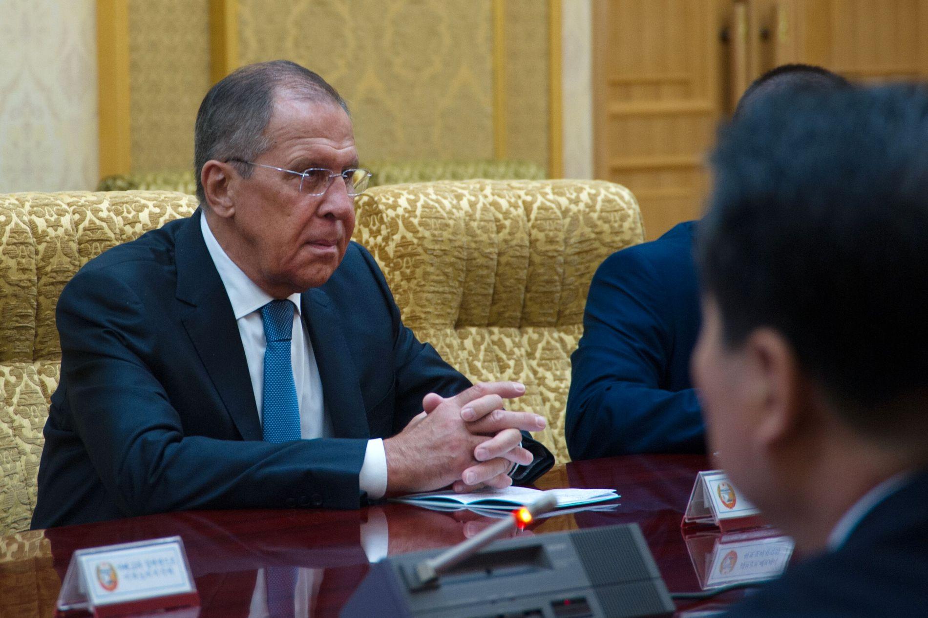 TOPPMØTE: Russlands utenriksminister Sergej Lavrov i samtale med sin nordkoreanske motpart Ri Yong-ho.