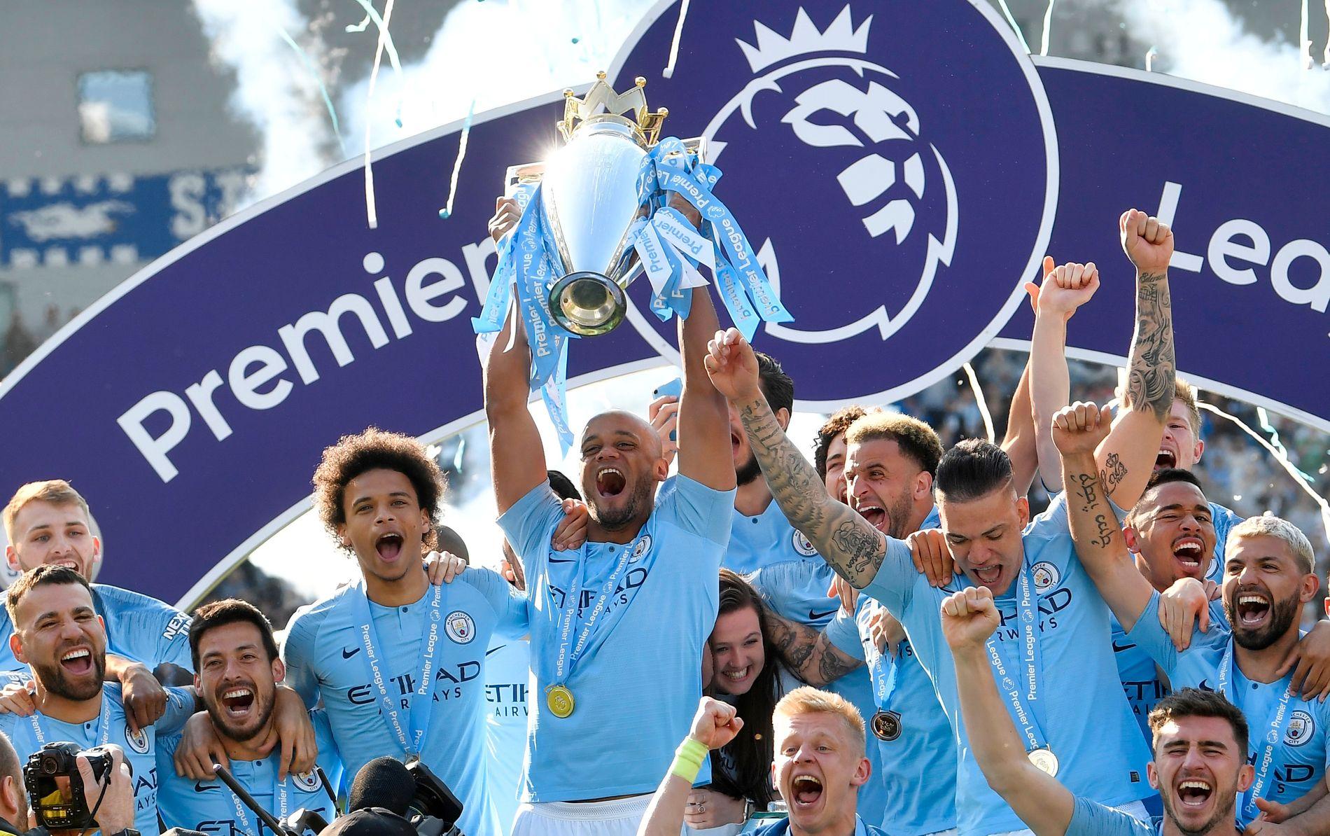 MESTERE: Vincent Kompany kunne løfte pokalen som et bevis på at Manchester City var det beste laget i Premier League 2018/19, etter at de sikret ligagullet med 4–1-seier over Brighton på American Express Community Stadium.