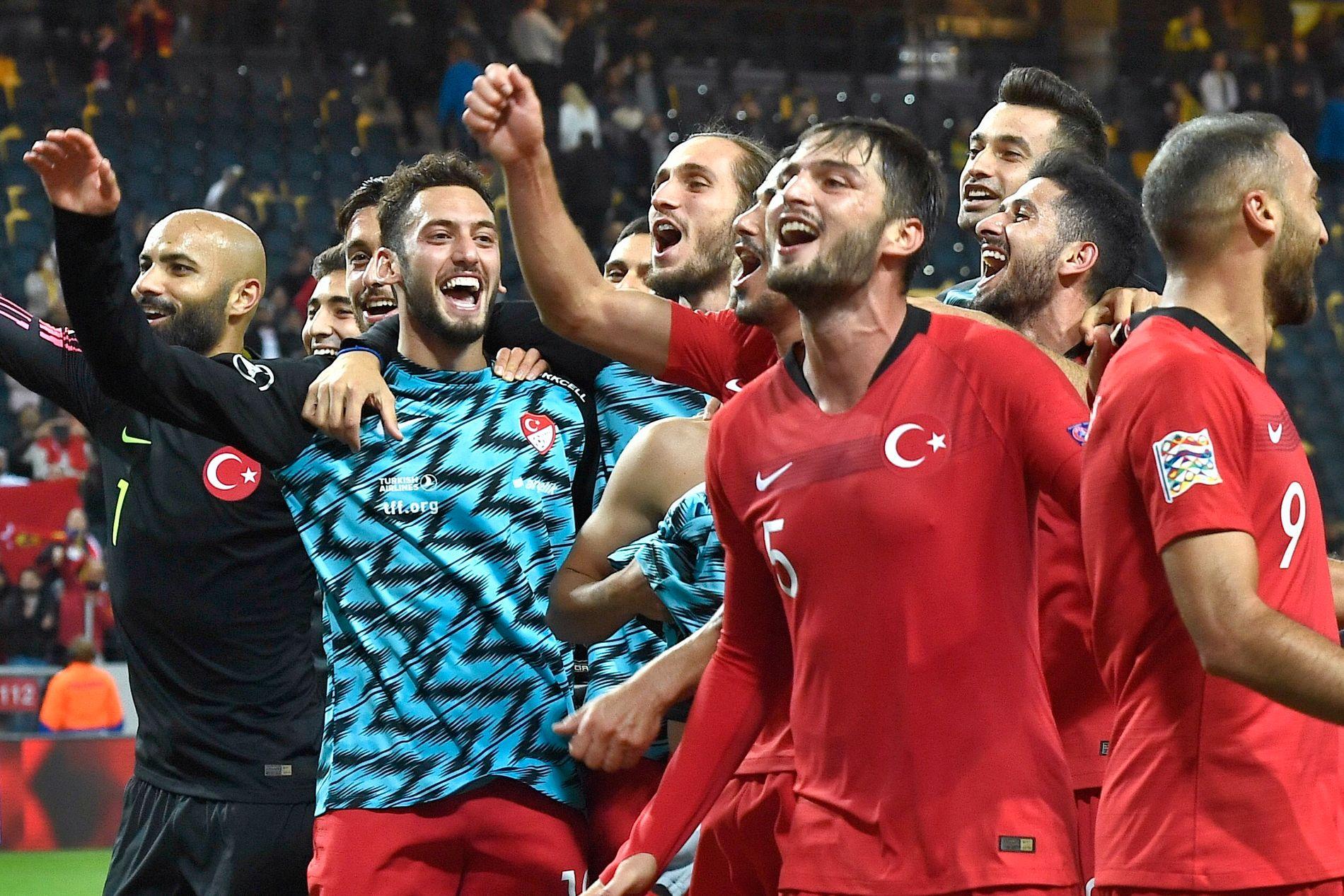 SE, SÅ GLADE! Tyrkia-spillerne feirer at Nations League-drømmen lever videre for landet etter at to av fire kamper er ferdigspilt.