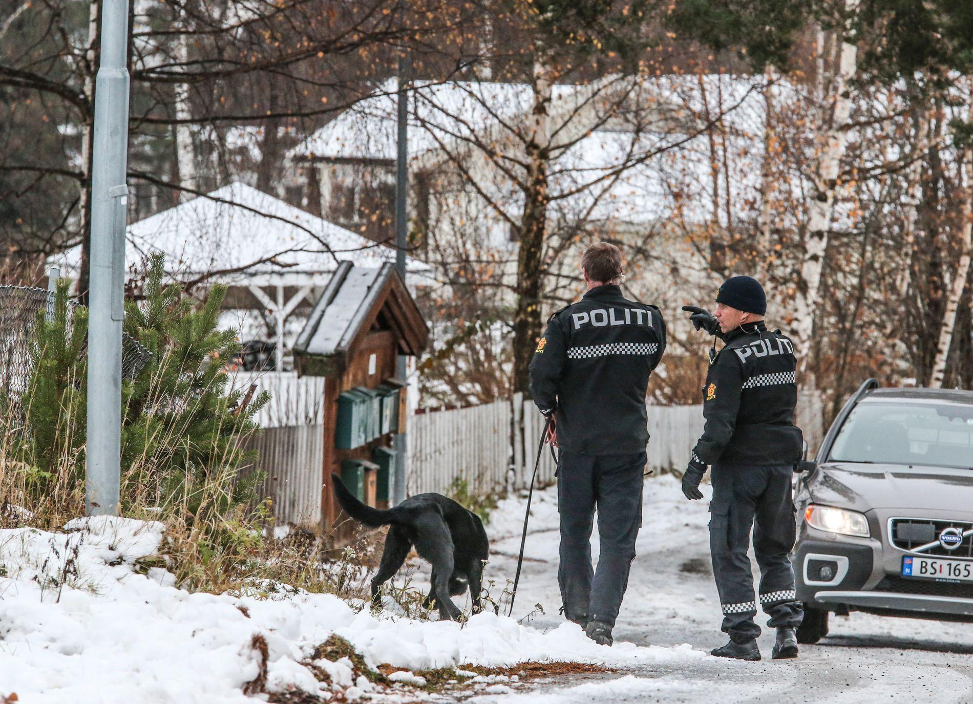 SØK MED HUND: Torsdag gikk politiet dør-til-dør og søkte med hund i området der en 16 år gammel jente ble funnet drept onsdag.