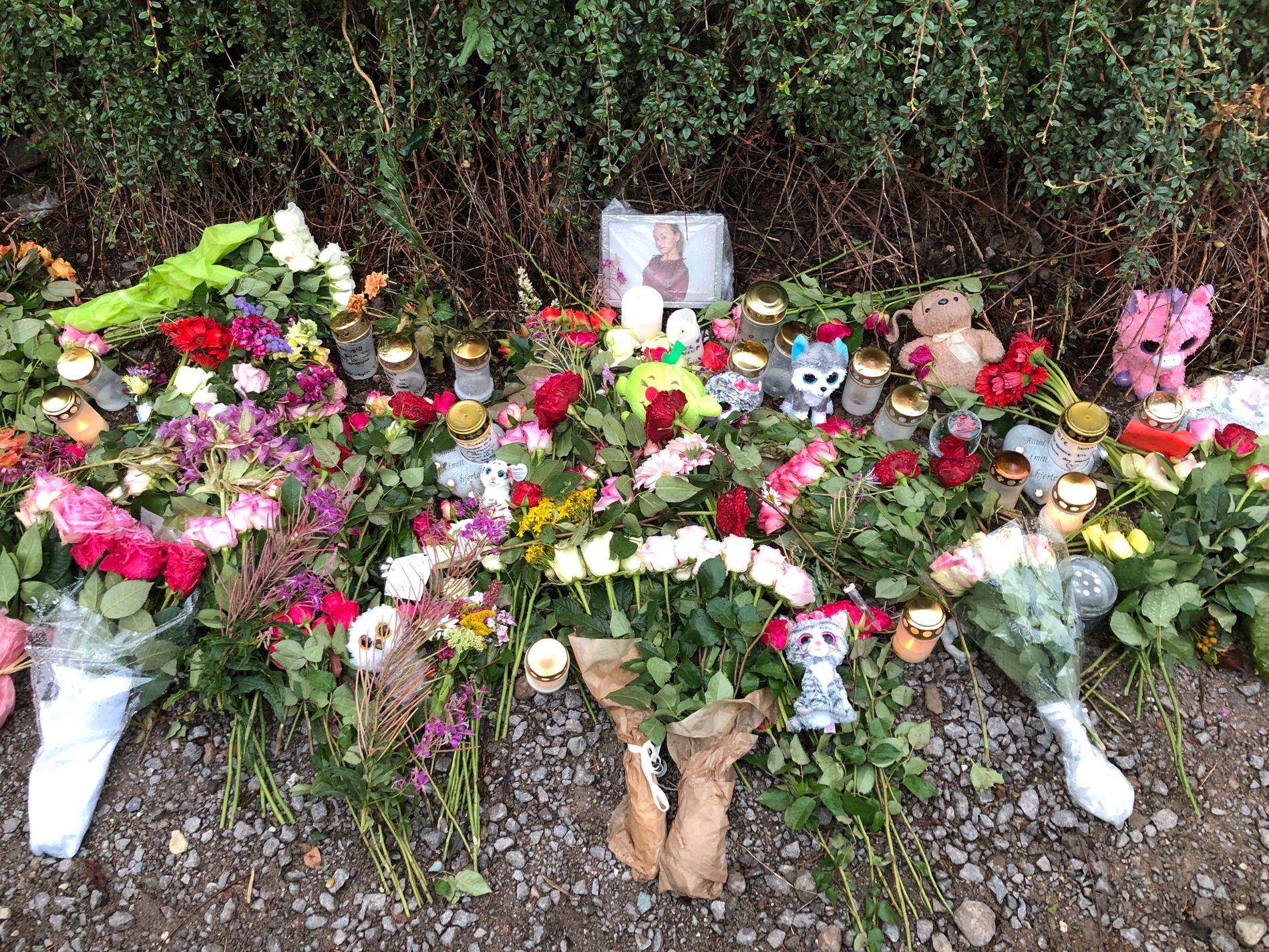 BLOMSTER: Sunniva Ødegård ble funnet på en gangsti like ved sitt eget hjem. Lørdag kveld var funnstedet dekket av blomster.