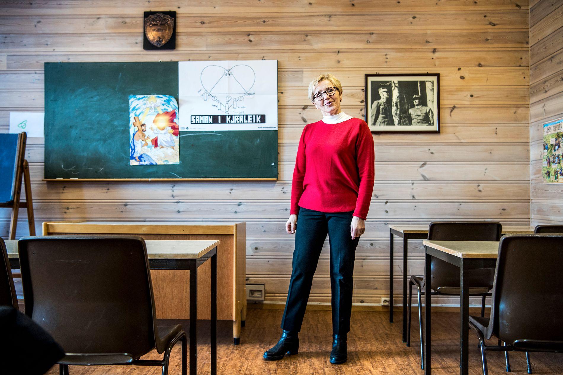 GIKK PÅ GRENDESKOLE: Sp-politiker Liv Signe Navarsete viser VG den nedlagte Gjesthaugen skule som hun selv gikk på i Sogndalsdalen i Sogn. Skolen fungerer nå som grendehus og søndagsskole.