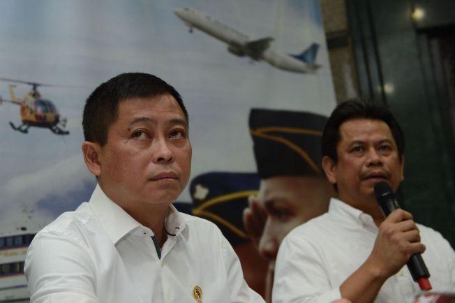 PRESSEKONFERANSE: Indonesias transportminister Ignasius Jonan (t.v.) og direktør for lufttransport Suprasetyo (t.h.) under en pressekonferanse i Jakarta søndag ettermiddag.