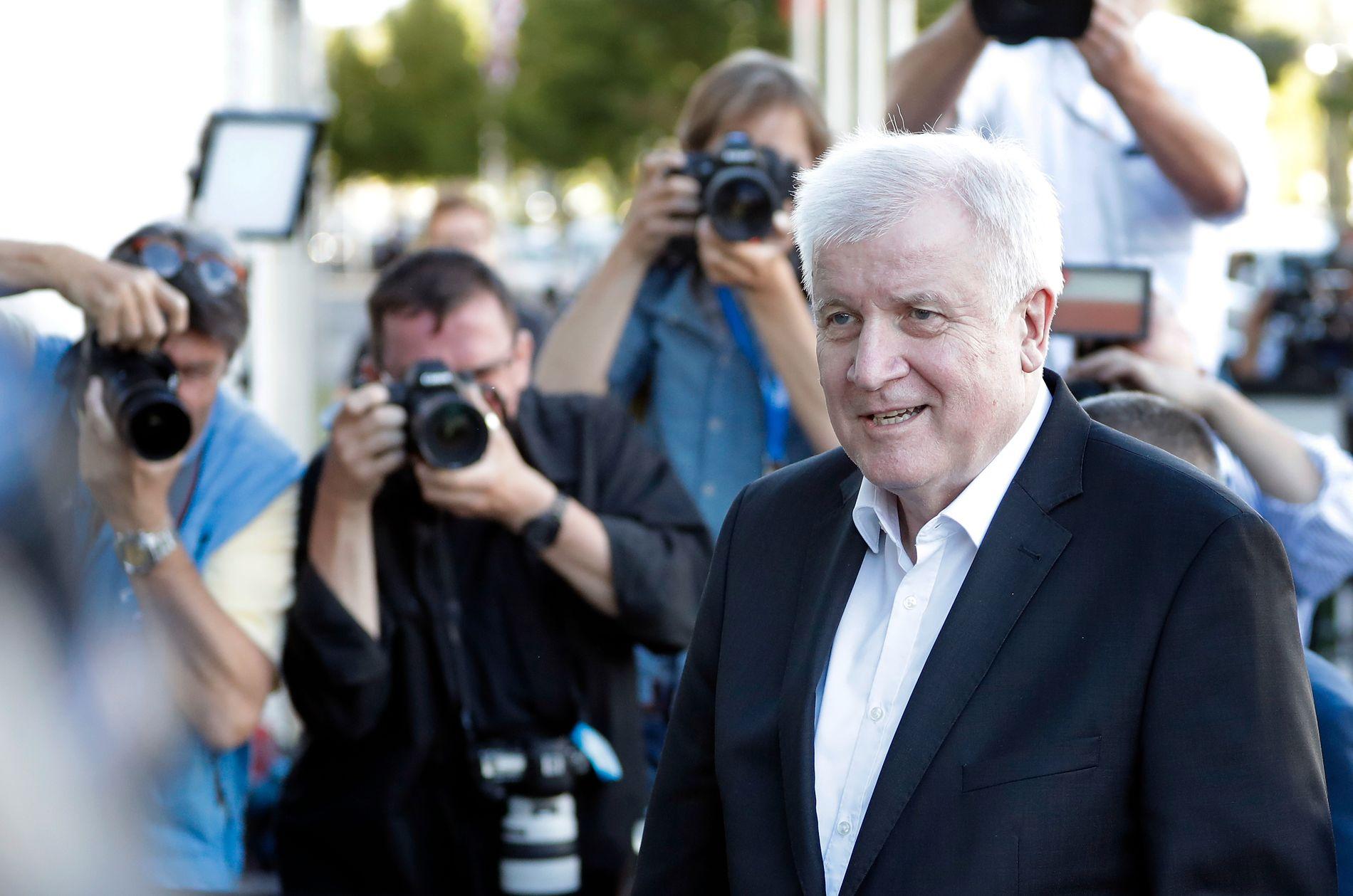 BLIR: Ifølge nyhetsbyrået DPA forblir Horst Seehofer i sin stilling som innenriksminister.