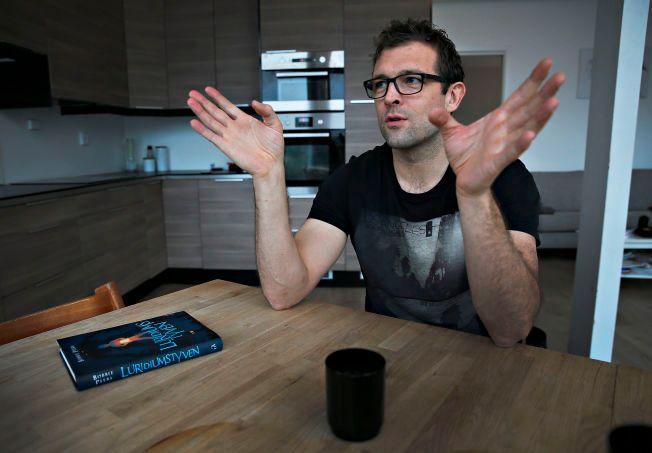 SKRIVER PÅ KJØKKENET: Her på kjøkkenet i huset på Sotra er boken «Luridiumstyven» blitt til. Bobbie Peers (41) er snart ferdig med bok to i serien om William Wenton som er solgt til hele 31 land.