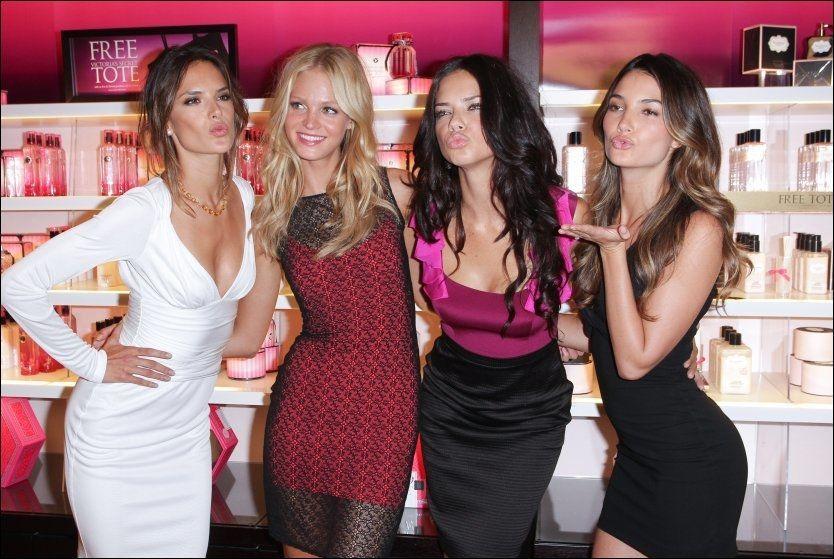 HEMMELIGHETSFULLE: Her er Victoria's Secret-modellene Alessandra Ambrosio, Erin Heatherton, Adriana Lima og Lily Aldridge samlet under en tilstelning i New York. Foto: AFP