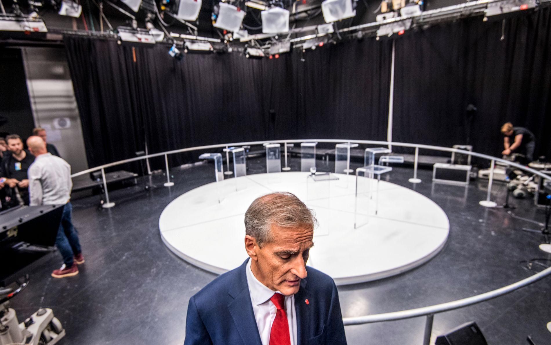 MØTER MOTSTAND: Ap-leder Jonas Gahr Støre, her i TV 2s studio på Karl Johans gate i Oslo etter torsdagens partilederdebatt i kanalen.
