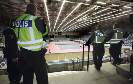 KLARE: Politiet i Malmø er i beredskap i forkant av tenniskampen mellom Sverige og Israel i Baltiska hallen lørdag. Foto: AFP