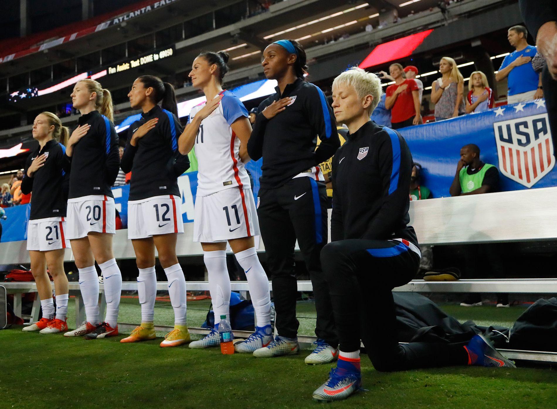 BLE STOPPET: Etter at Megan Rapinoe knelte under avspillingen av nasjonalsangen høsten 2016, som her mot Nederland, innførte det amerikanske forbundet en regel som forhindret at spillerne skulle gjøre det.