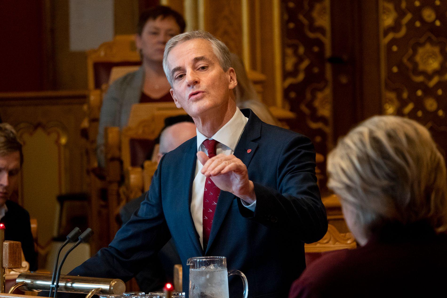 UT MOT ERNA: Jonas Gahr Støre kritiserer Erna Solberg for å starte en «anbudskonkurranse» på etiske spørsmål som abort.
