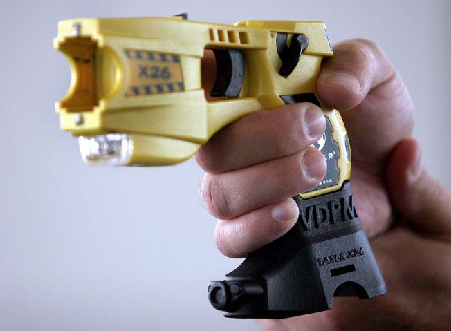 VURDERES: Politidirektør Odd Reider Humlegård har bedt Politihøgskolen utrede muligheten for bruk av elektrosjokkvåpen i tjeneste. Våpenet på bildet er av typen Taser X26 med et kamera festet på skaftet.