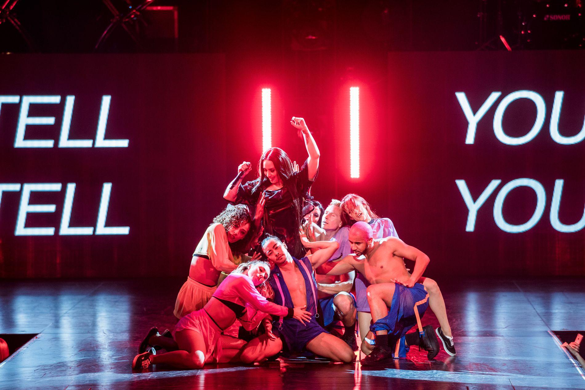 MYE BARIS: Demi Lovato omkranset av lettkledde dansere i Oslo Spektrum.