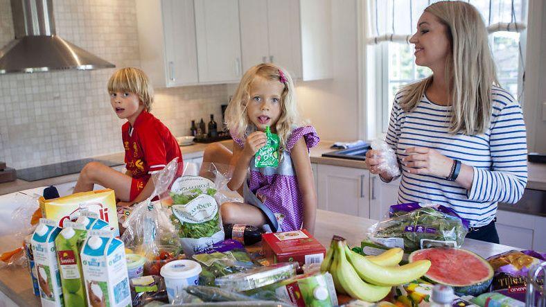 NETTHANDLER FORTSATT: Sølvi Foss og familien - blant annet bestående av barna Carl Fredrik og Lise Sofie - har handlet dagligvarer på nett i flere år, og er fortsatt like fornøyde med å spare tid og penger på dette.