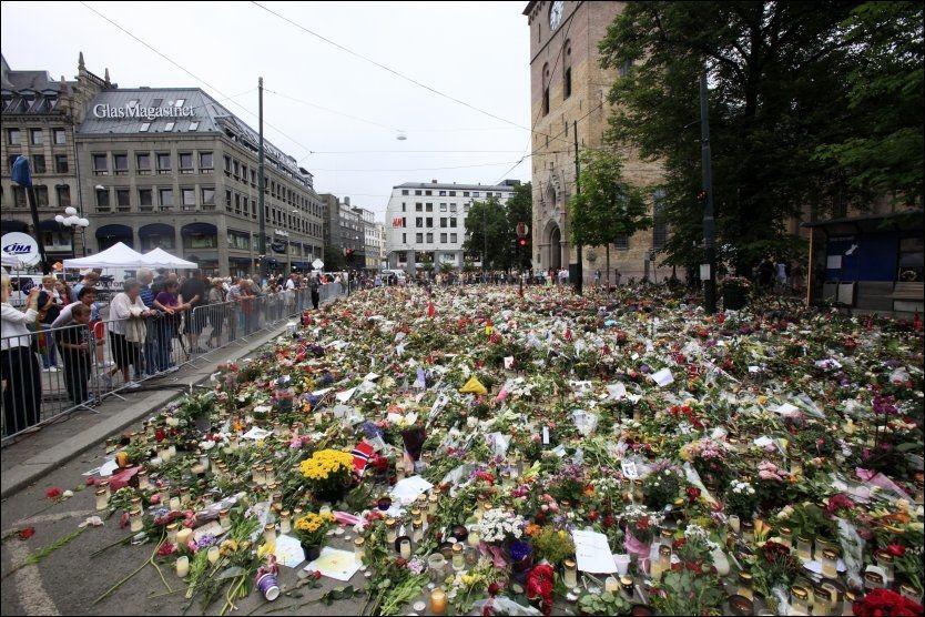 BLOMSTERHAV: Disse blomstene som tusenvis av nordmenn har lagt ned ved Oslo Domkirke skal ikke fjernes før tidligst neste uke. Foto: Erik Johansen/Scanpix